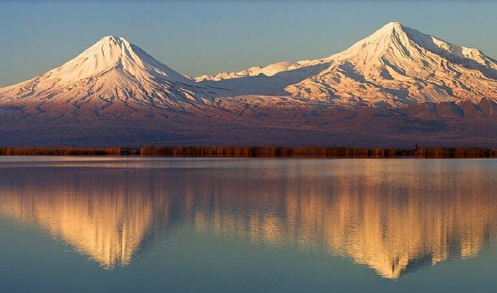 水に浮かぶアララト山